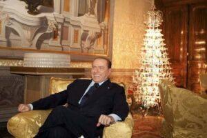 Anche al Cavalier Berlusconi piace l'albero in cristallo