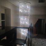 Un lampadario di strass lungo due piani